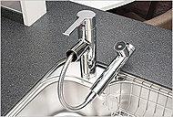 バー操作ひとつで水量、温度調節可能なシングルレバー水栓を設置。シャワーヘッドを引き出せるので、シンクの掃除などにも便利です。※1