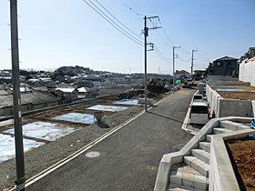 幅5.5mの開発道路はご近所とのふれあいの場ともなります。