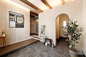 多目的に使える玄関土間、アーチ壁の向こうはシューズクローク