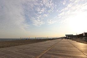 ビーチバレーコートもある海岸公園。