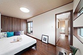 【当社施工例】 主寝室には広い収納を備えております
