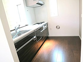 小窓が付いて明るいキッチンは食洗機・蛇口一体型浄水器付き
