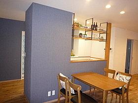 キッチン吊戸棚は、インダストリアルスタイルでデザイン的