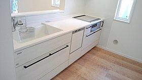 食器洗い乾燥機が標準装備のIHシステムキッチン。