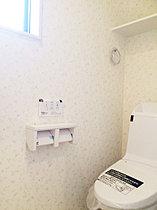 トイレはお財布にも優しい超節水便器を使用。【現地撮影】