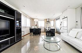 ◆【施工例】 白と黒を基調としたセカンドリビング&キッチン