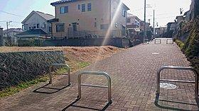 販売中の区画。一方の歩行者専用道路が開放感を際立たせます。