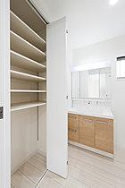 施工実績。洗面所に大容量の収納スペース