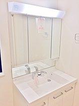 【4号棟・洗面台】くもり止めコートを施した鏡とシャワー水栓付