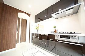 モデルハウスキッチン:鏡面仕様の扉は高級感たっぷり