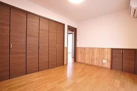 広い空間と収納性を発揮した主寝室用の洋室。(当社施工例)