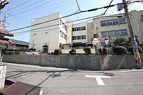 高鷲南小学校。学校までは徒歩約6分と近くて安心です。