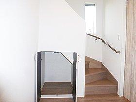 2号棟階段下収納。掃除用具入れに重宝。