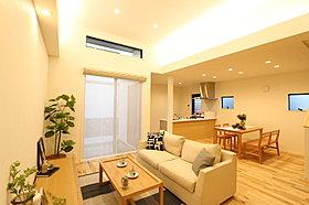高天井&間接照明で心地よい空間のリビング