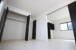洋室 当社施工例 (間仕切り開放で2室から大きな1室へ)
