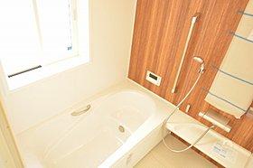 木目調のアクセントパネルがかわいい浴室。~ゆうぐれの家~