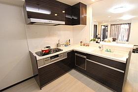 食洗機内蔵の機能的なシステムキッチン。平成28年11月撮影