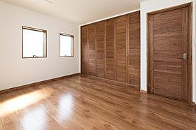 【10号棟洋室】ポプラの無垢材を使った建具は重厚感があります