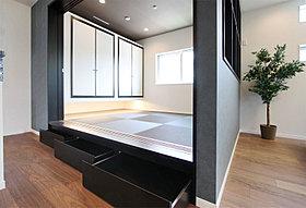 小上がりの和室はたっぷり床下収納