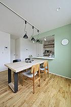 オープンキッチンにすることにより開放感のあるリビングを実現