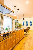 無垢材扉&ステンレス天板の使い込むほど風合いが増すキッチン。