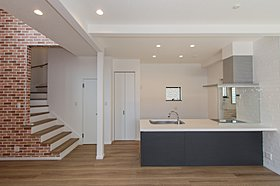 キッチンのサイドの壁にタイルを貼りおしゃれな仕上がりに。