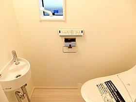 便利な手洗い付きのトイレ