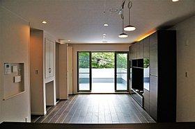 高級指向の石調フロア+床暖房完備