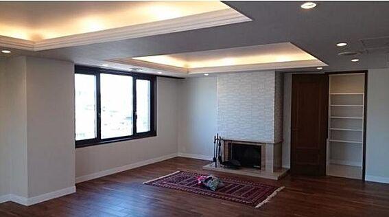 マンション(建物一部)-新宿区市谷左内町 リビングルーム32.9帖 ダイニングルーム12.7帖 キッチン10.7帖 高台に佇む最上階角部屋につき明るい室内です