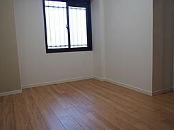 廊下に面した窓付きの洋室約4.6帖。通風・採光を確保した造り。