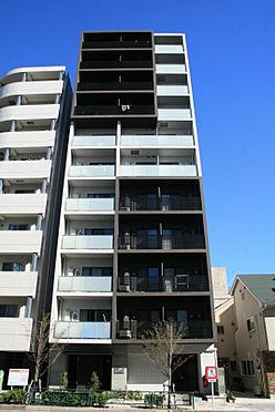 マンション(建物一部)-墨田区立川1丁目 白と黒を基調としたスタイリッシュな外観。