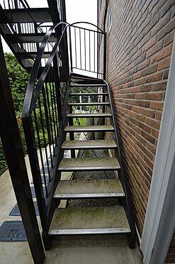 アパート-横浜市中区本郷町3丁目 手摺り付きの共用階段。高圧洗浄は弊社にお任せ下さい