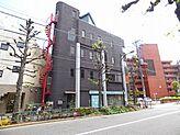 学芸大学駅徒歩3分、駒沢通りに面したタイル張りの存在感ある建物です