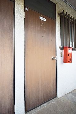 アパート-千葉市中央区都町3丁目 暗い印象のドアも改修で綺麗に致します