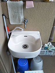 バルコニーに洗い場があり、汚れ物掃除に助かります