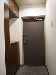 スッキリとした機能的な玄関。