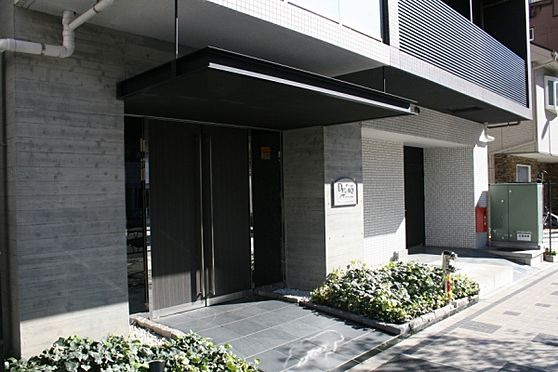 マンション(建物一部)-墨田区立川1丁目 明るい日差しの差し込む玄関アプローチ。