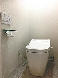 トイレはおしゃれなタンクレストイレに交換済み。