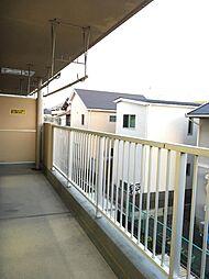 南側のバルコニーはLDKと洋室にかかる広々サイズ。たくさんの洗濯物も一度に干せそうです。
