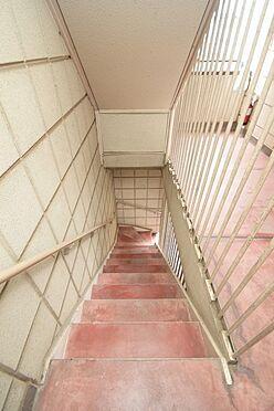 アパート-大田区中馬込1丁目 手すり付きで安心な共用階段。