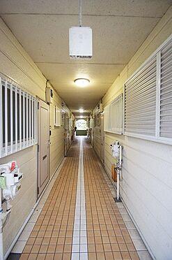 マンション(建物全部)-葛飾区奥戸1丁目 雨の日も安心の屋内共用廊下。