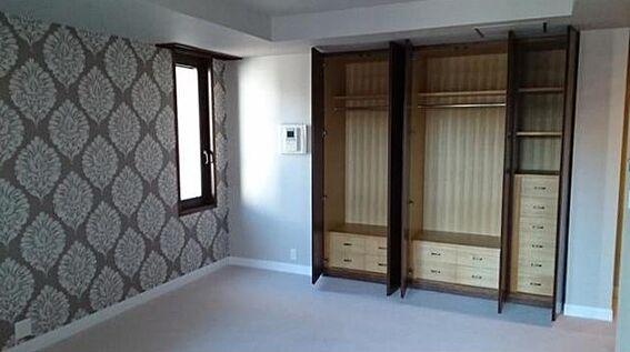マンション(建物一部)-新宿区市谷左内町 居室にも収納が充実しております。アクセントクロスがお洒落なお部屋