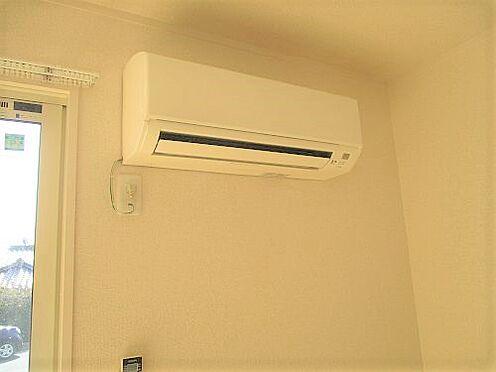 アパート-防府市岩畠2丁目 リビングにエアコンが設置してあります。