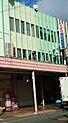 トラックと看板の間の建物