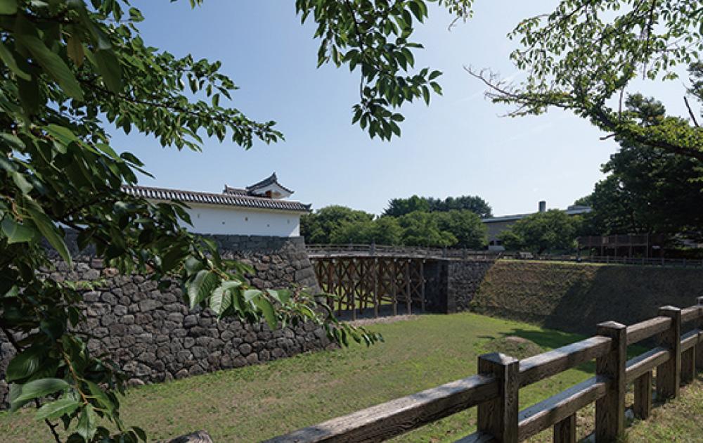 霞城公園 約1,480m(徒歩19分)