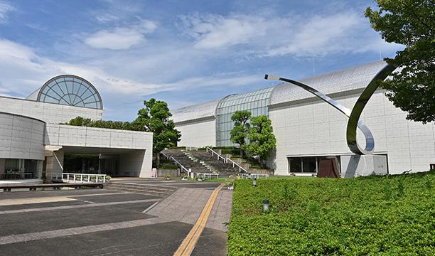 平塚市美術館 約950m(徒歩12分)