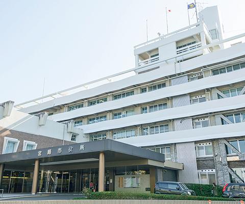 宮崎市役所 約820m(徒歩11分)