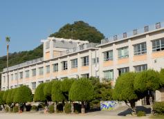 湯築小学校 約320m(徒歩4分)