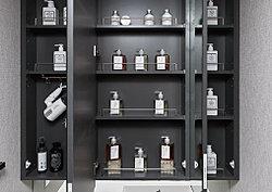 三面鏡裏は全面収納スペースになっています。洗面用具や化粧品などをたっぷりと収納でき、洗面台廻りがスッキリと片付きます。※G・Gtタイプは二面鏡※参考写真