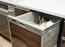 毎日の食器洗いもラクラク。音も静かで、家族分の食器をしっかり洗えます。